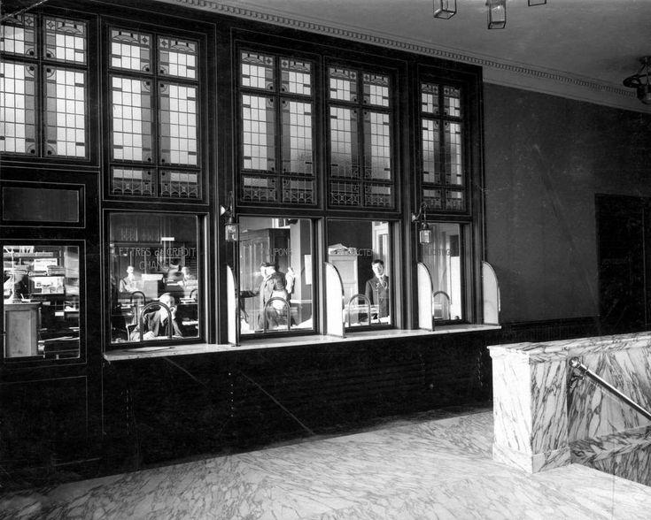 Interieur met marmeren hal en loketten met loketpersoneel van de Nationale Bank. Den Haag ('s-Gravenhage), 1914.