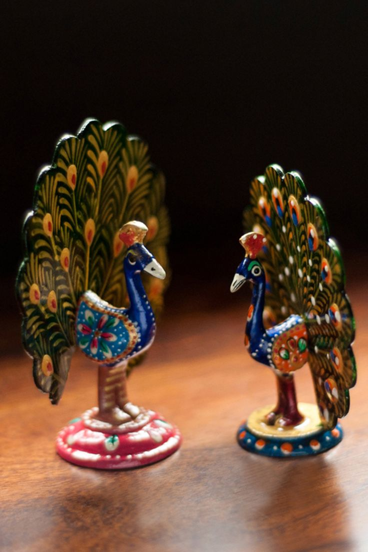 Bring this charismatic pair of dancing peacock to your home.