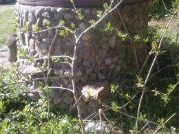 Studnia obłożona kamieniami