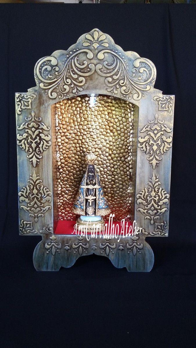 Oratório em madeira MDF pintado à mão com detalhes em alto relevo e acabamento em dourado envelhecido. Para imagens de 30 cm aproximadamente. Iluminação de led no seu interior. Não acompanha a imagem.