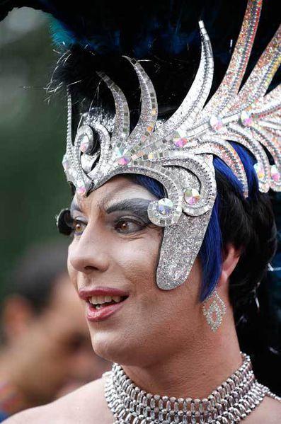 """Des milliers de personnes ont défilé samedi à Paris pour la """"Marche des fiertés"""" LGBT (lesbiennes, gays, bisexuels, transgenres), encadrée par un impo..."""