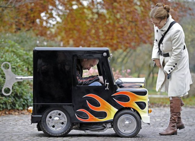 GUINESS WORLD RECORDS - WORLD'S SMALLEST CAR