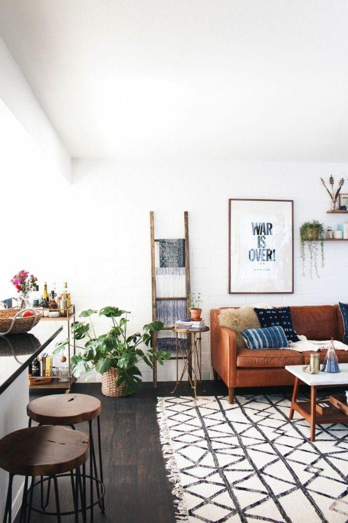 wohnung einrichten ideen wohnzimmer geometrischer teppich ledersofa pflanzen