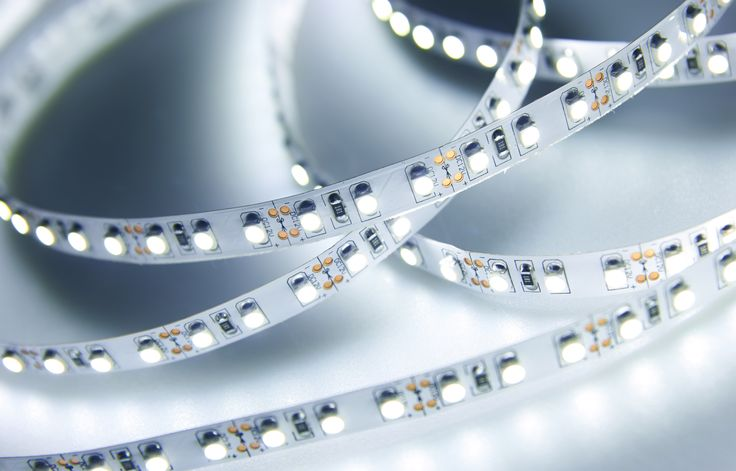 LEDを使った間接照明が手軽に設置できるのをご存じですか?テープタイプでカット・貼り付けられる他、バーライトなら置くだけで簡単におしゃれな雰囲気を楽しめます。他にも間接照明を使ったアイデアはいろいろ。ラグジュアリーな空間を覗いてみましょう。