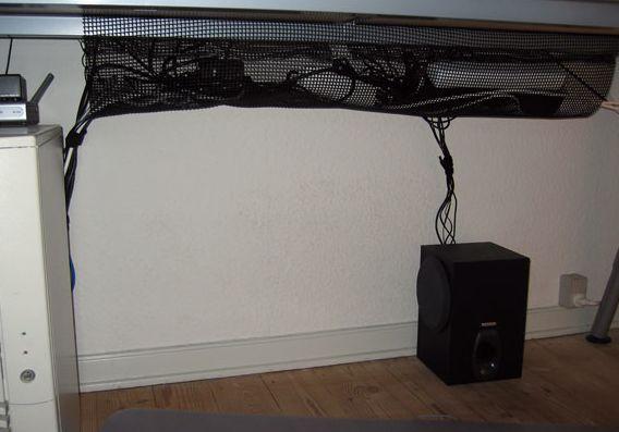 Ledninger samlet under skrivebordet #styr ledningerne