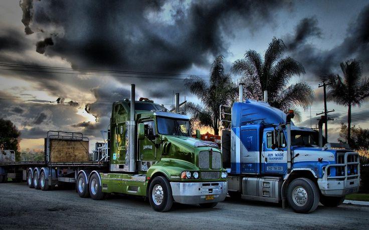 două camioane parcate în nori de furtună