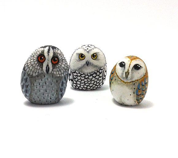 Sassi dipinti a mano con gufi. Handmade painted stones with owls.