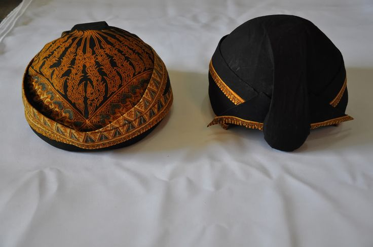 BLANGKON (Java) Blangkon is a headgear made from batik and used by men as part of a traditional Javanese clothes. According to his form, blangkon divided into 4: blangkon Ngayogyakarta, blangkon Surakarta, blangkon Kedu, and Blangkon Banyumasan. [1] For some types blangkon anyone using bulge on the back blangkon. This bulge indicates male hairstyles that period that often bind their long hair in the back of the head, so that the protruding part on the back blangkon.