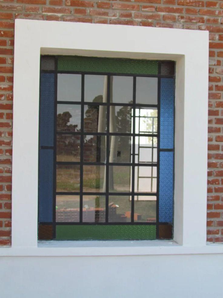 ventana de hierro con vidrio repartido
