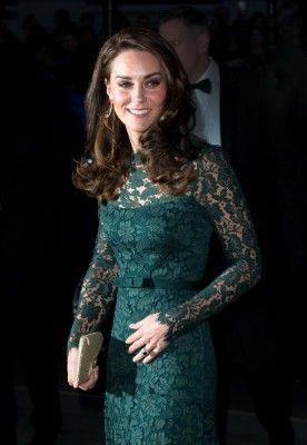 キャサリン妃が、ナショナル・ポートレート・ギャラリーで行われたガラ・ディナーに出席。全身総レースのグリーンのロングドレスで華やかに登場し、着飾った女性セレブたち...