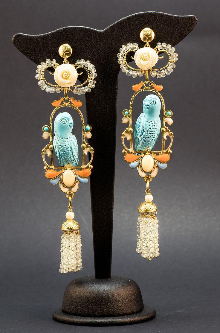 Papagallo Real firmado La Fucina di Cupido. Oro,turquese, osso, smalti e topazi azzurri.