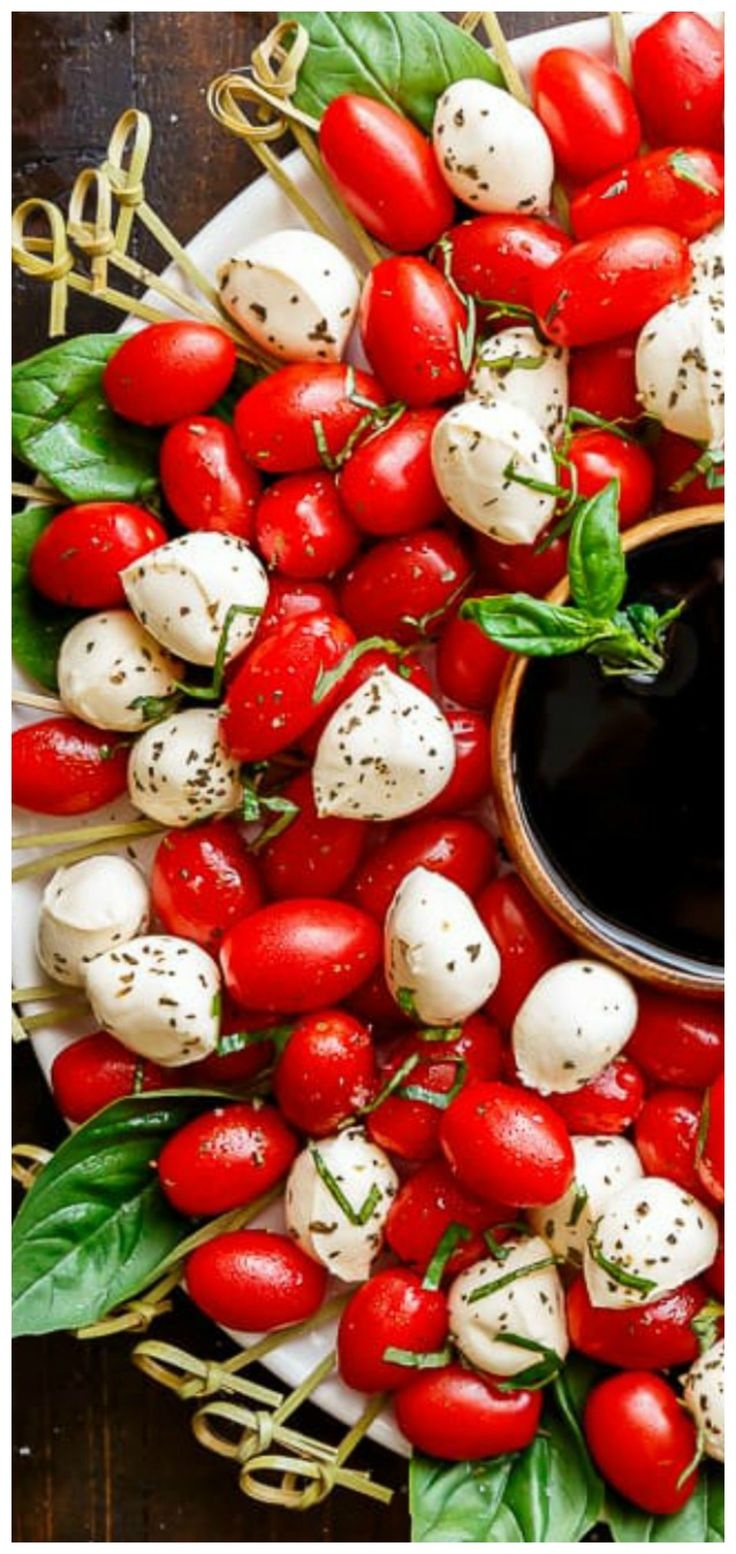Caprese Salad Christmas Wreath ~ A festive and healthy appetizer for your Christmas table!