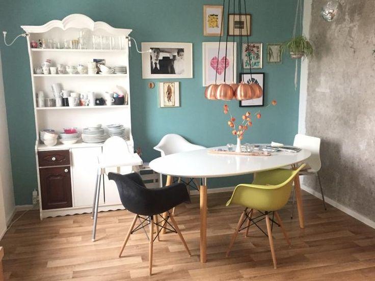 Schöner Essbereich Mit Großem Tisch, Modernen Stühlen In Verschiedenen  Farben Und Eine Türkisen Wand,
