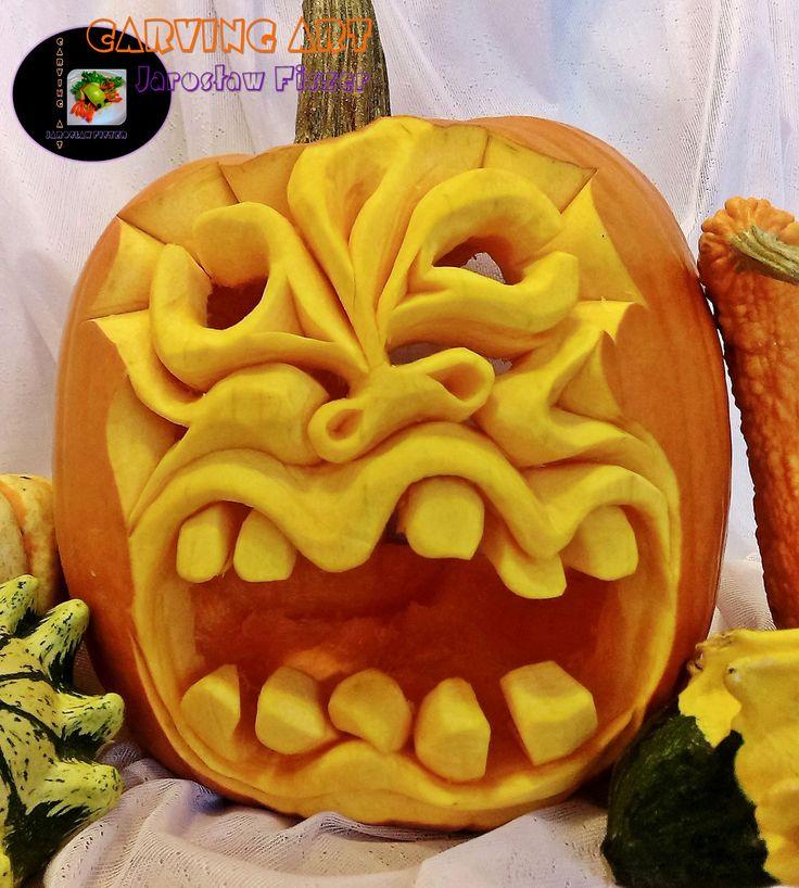 Przedstawia potworka wykonanego z dyni na Halloween.