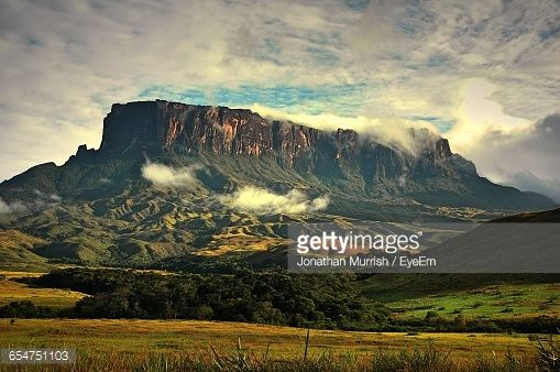 Stock-Foto : Low Angle View Of Rocky Mountains Against Cloudy Sky At Mt Roraima