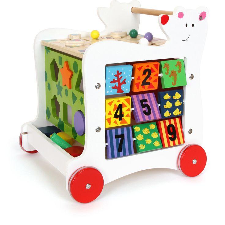 Ideal pentru a încuraja copii să facă primii pași singuri, dar nu numai! Antepremergătorul ia forma unui cub de activități diverse, ce pot fi efectuate în același timp: potrivirea culorilor, recunoașterea formelor, indicarea timpului sau a numerelor dar și desenatul. Jucăria Montessori poate fi folosită și pentru a depozita alte jucării. #woodentoys #montessori #kidstoys #jucariidinlemn #jucariionline #babytoys