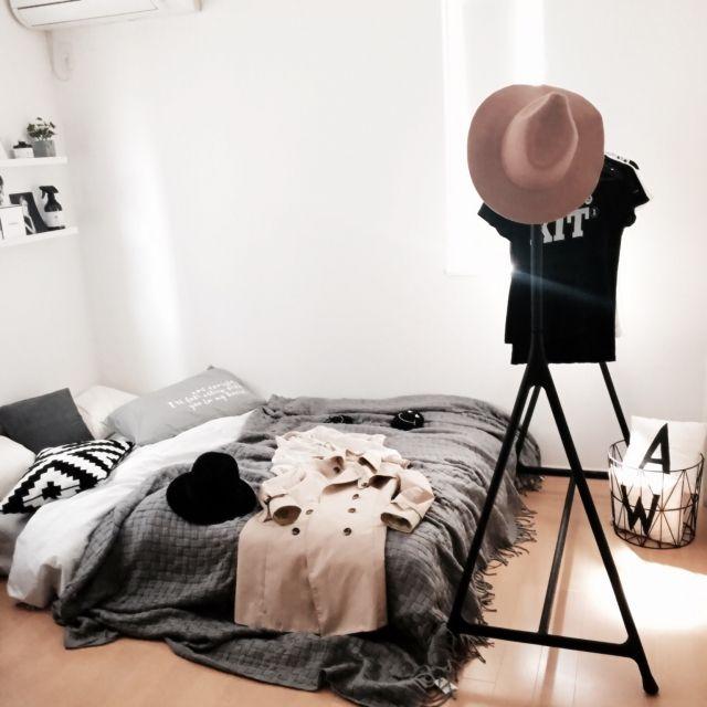 mkyk_w_さんの、部屋全体,IKEA,帽子,ハンガーラック,北欧,ニトリ,白黒,モノトーン,ホワイトインテリア,ワイヤーバスケット,三角,MONOTONE,白黒グレー,海外インテリアに憧れる,デザインレターズ風,ハンガーシェルフ,白黒インテリア,ホワイト化計画,ベストショット,のお部屋写真