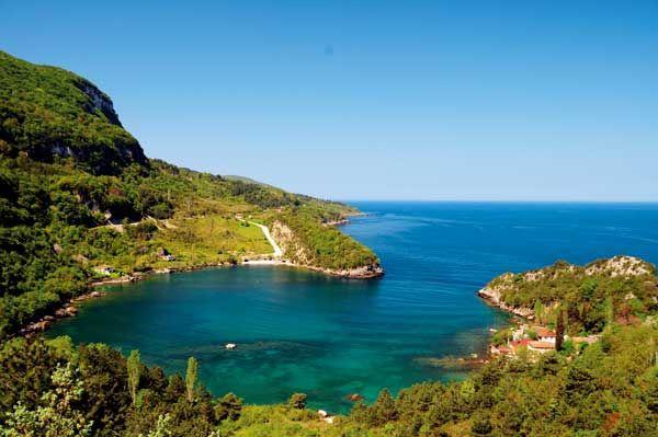 Gideros Koyu - Tatilciler tarafından çok fazla bilinmese de yatçıların en sevdiği yerlerden birisi. Karadeniz'in hırçın sularının tam aksine bir göl kadar durgun. Koya karadan da ulaşmak mümkün ama konaklama için çok fazla alternatif yok.