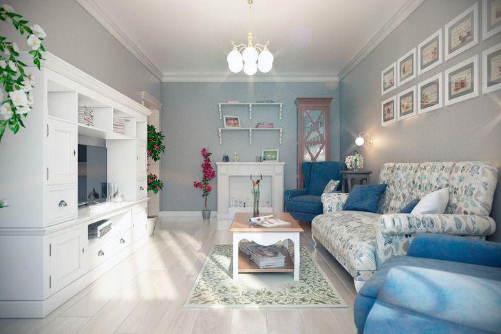 Контрастные кресла синего цвета отлично сочетаются со светлым паркетом. Стена над диваном интересно украшена картинами одного размера. Фото