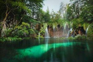 A Pltivicei-tavak Horvátország egyik leglátványosabb nemzeti parkja a délre tartó autópálya mentén. A parkot a 12 tavat magába foglaló Felső-tavakból, a 4 tóból álló Alsó-tavakból, a tavakat egymással összekötő vízesésekből és a tavak formálta mészkőkanyonból, folyók és folyások, erdős területek és égbenyúló sziklákból és karsztból álló csodálatos természeti képződmények együttese alkotja. Rövidebb, és hosszabb kirándulásokon fedezhetjük fel a vízeséseket, mélykék tavakat, barlangot…