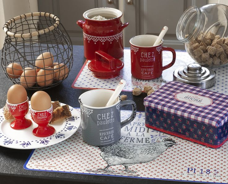 La gamme Chez Paulette revisite avec modernité le motif damier en rouge, vert, gris et bleu. Elle rassemble trois séries de boîtes métal et des articles de faïence imitant des objets en tôle émaillée. http://www.comptoir-de-famille.com/fr/catalogsearch/result/?q=paulette