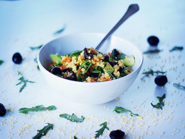 Теплый салат с пшеном и оливками (на 2 порции)  полстакана пшена 1 средняя морковь 2-3 горсти рукколы 11 зрелых оливок (лучше в масле) 1 авокадо  Лимонно-горчичная заправка  1/2 лимона 2 ч. ложки оливкого масла Extra Virgin 1 ч. ложка дижонской горчицы 2 ч. ложка бальзамика 1 ч. ложка меда соль и перец по вкусу