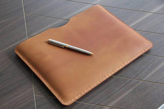 iPad pro 10.5 hoes, gemaakt om te passen precies ipad pro 10.5, kunt u met case of toetsenbord om het groter en kunnen passen. Handmade en hand gestikt, de perfecte gift voor vrouwen en mannen  Als uw bestelling iPad pro is of oppervlak, gelieve te vermelden als u wilt gebruiken met een keyboard, de standaardgrootte zonder toetsenbord is  Gemaakt van olie gelooid koe leder, handstitched in uiterst duurzaam Zadelsteek met waxed draad  {PERSONALISATIE INSTRUCTIES}  Vertel me uw initialen in…