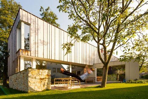 ARCHITECTUUR - houten gevelbekleding, strakke vorm van het huis, opengewerkte benedenverdieping met veel lichtinval, privacy