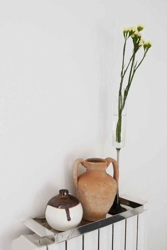 Styling_ceramicball_anfora_flowers_yellow_cotto_vassoio_argento