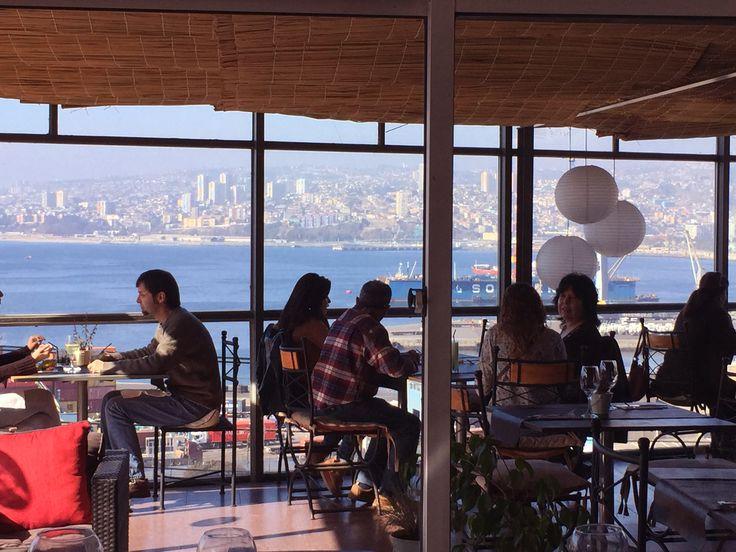 Nuestro Restaurante Arrayán. Con las mejores vistas de la Bahía de Valparaíso. Junto a una rica gastronomía.