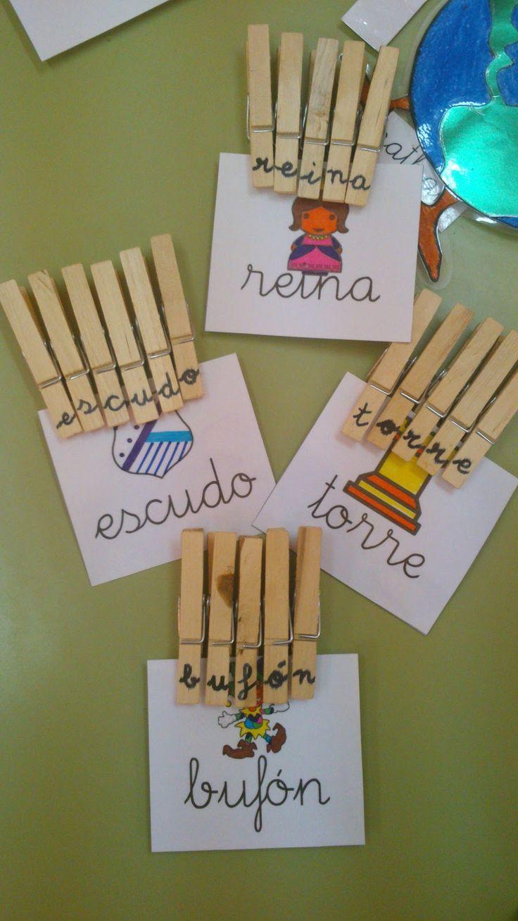 Opnieuw iets om de letterherkinning te stimuleren en te oefenen. De kinderen knijpen het woord vast op de kaartjes. Mooi meegenomen: ook de fijne motoriek wordt gestimuleerd.