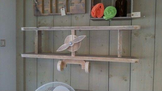 Vliegtuig van steigerhout voor op de kinderkamer handig om bijvoorbeeld boeken in te zetten. Te bestellen via www.wandbordenshop.nl
