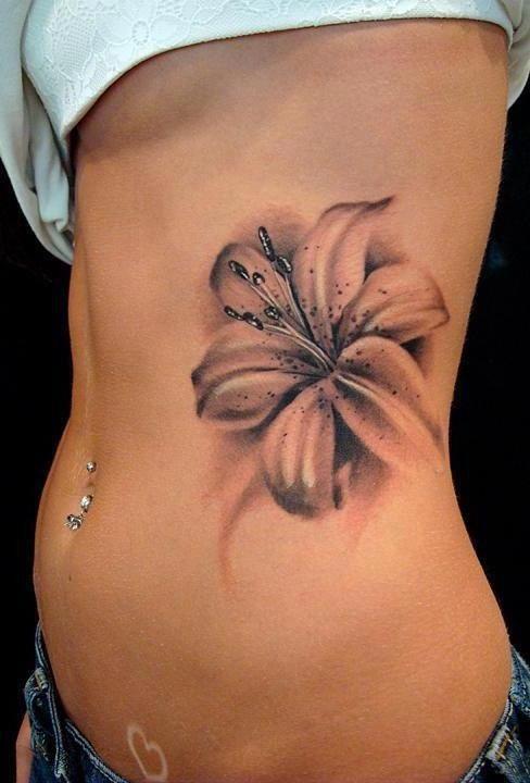 Beau tatouage de fleur en relief