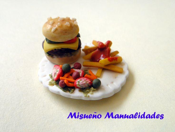 Mini-mini plato de hamburguesa, patatas y ensalada. Medidas:  Ø 2 cm, todo hecho de Fimo. www.misuenyo.com / www.misuenyo.es