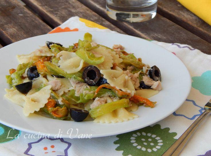 Pasta con fiori di zucca tonno e olive, primo piatto facile e veloce da fare, ottima da mangiare freddo o caldo, perfetto per l'estate da portare al mare.