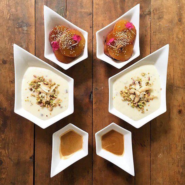 Há pouco mais de três anos, quando o britânico Michael Zee foi morar com seu namorado Mark van Beek, preparou um café da manhã para os dois com ovos, frutas, sucos, pães e salames, e notou uma certa harmonia entre seu prato e o de Mark. Ao postar a foto do café nas redes sociais, recebeu inúmeros comentários e elogios de amigos e até mesmo de desconhecidos. Foi então que surgiu a ideia de criar o projeto Symmetry Breakfast, onde cria refeições matinais simétricas para comerem juntos, todos…