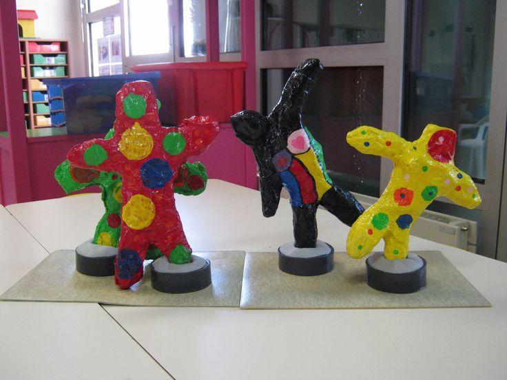 Voici en image la fin du projet Nanas à la manière de Niki de Saint Phalle. Mes élèves ont peint leur Nana et ont réalisé des empreintes de ronds... A la fin, on a plus l'impression d'une Nana à la Kusama mais les élèves ont adoré et mon ATSEM et moi...