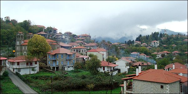 Το χωριό. Η φύση γύρω του. Το υψόμετρο των 1.050 μέτρων. Τα σύννεφα που απλώνονται κάτω από τα πόδια σου.