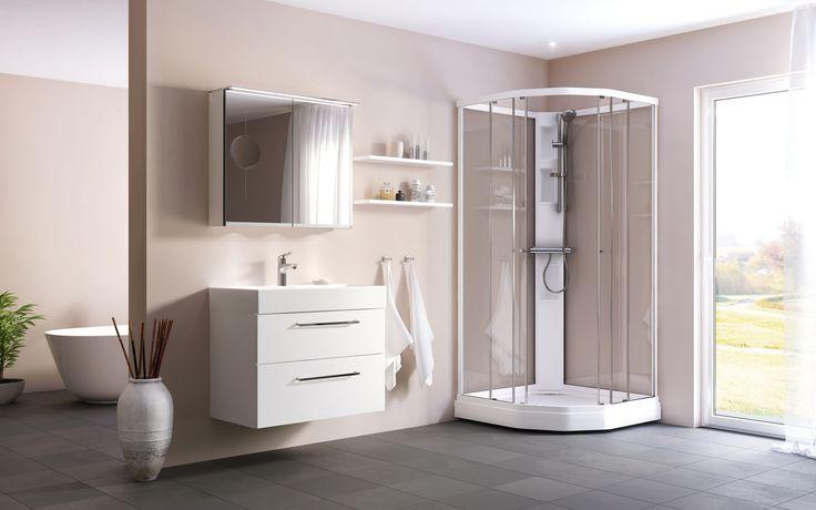 Duschkabin Fjord Semi med vita profiler och klarglas. Våra duschkabiner i Fjordfamiljen har en smalare duschylla och dolt avlopp placerat i hörnet av gjutmarmorkaret. Fjordkabinerna finns med duschkar i vitt utförande.