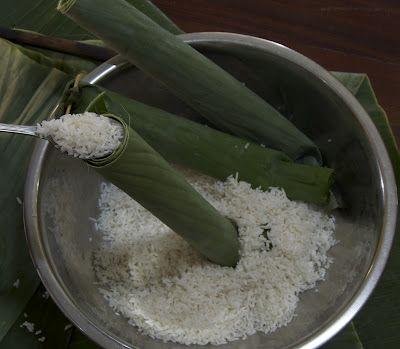 Indonesian Medan Food: Membuat Lontong ( How to Make Rice Cake )