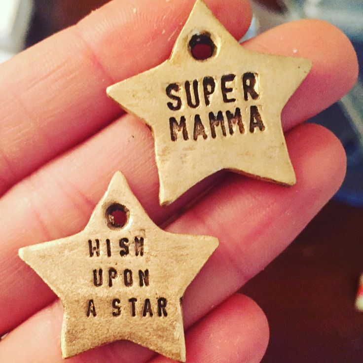 Stelle ⭐️ #personalizzazione #latuafrase #super #mamma #wishuponastar #best #top #musthave #ciondolo #beonzo #handmade #fattoamano #bronze #genova #bijouxlovers #bijouxfg #bijouxfgaddicted #accessories #collana #customizeyourjewelry