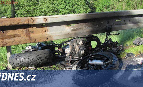 Motorka po srážce shořela pod svodidly, řidiče odvezl vrtulník