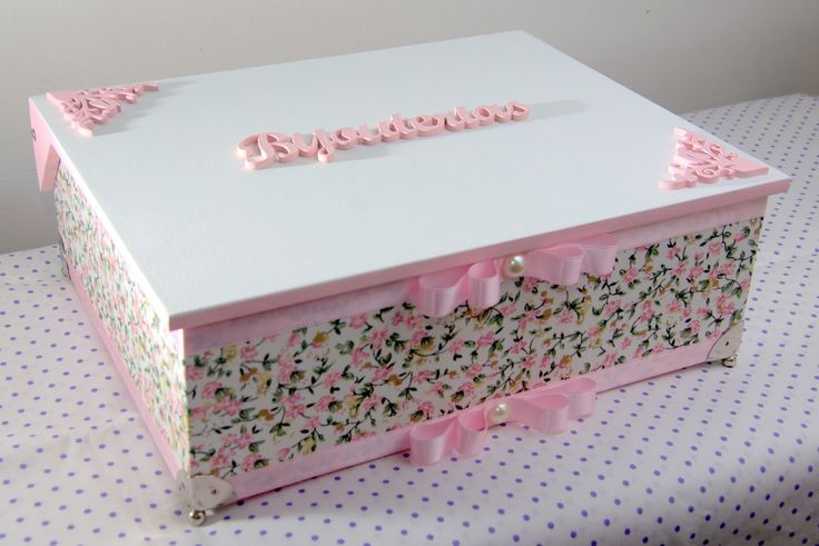 Caixa em MDF de 2 andares pintada com tinta cintilante com corpo forrada em tecido 100% algodão. Com recorte a laser, acabamento em fita de cetim com laços Chanel.