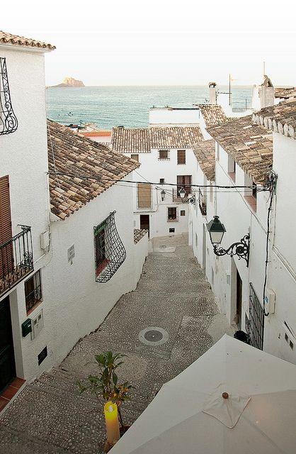 Altea es un municipio de la Comunidad Valenciana, España. Situado en la provincia de Alicante, en la comarca de la Marina Baja. Se encuentra en la costa del mar Mediterráneo, al norte de Alfaz del Pi y al sur de Calpe. Cuenta con 24.333 habitantes (INE 2013). En Altea se encuentra la facultad de Bellas Artes de la Universidad Miguel Hernández