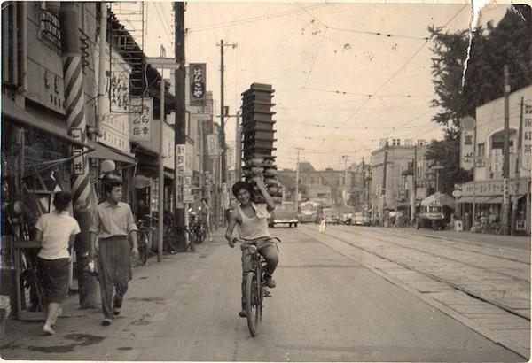 "History ImageさんはTwitterを使っています: ""そば屋の出前、昭和の日本 Soba Delivery, Showa Japan http://t.co/jzU2c3fURe"""