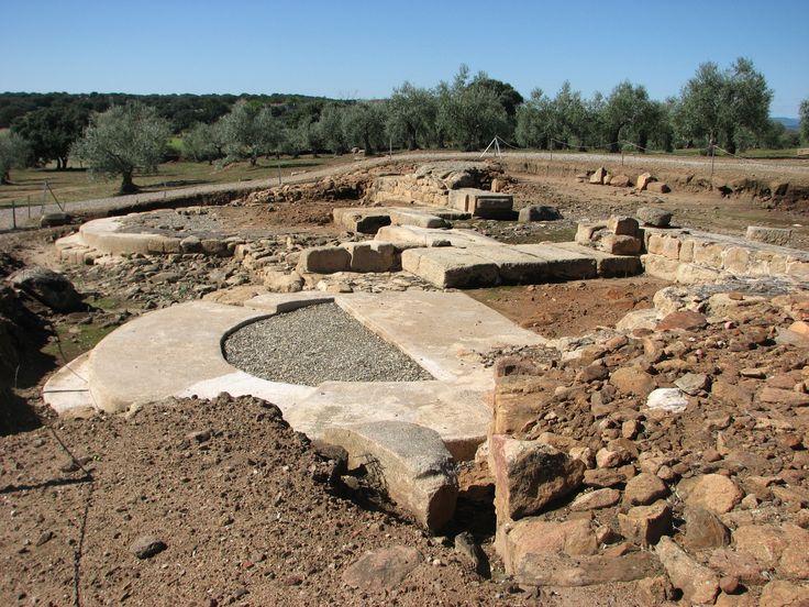 Restos de la Puerta de entrada en la muralla que protegía Cáparra.