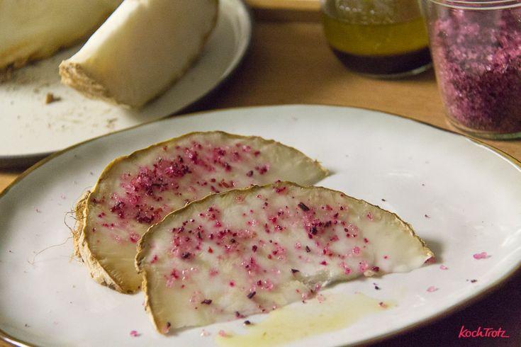 Ofen-Sellerie im Ganzen gegart ist eine absolute Geschmacksbombe. Die Sellerieknolle bekommt einen ganz neuartigen Geschmack. Das Rezept ist sehr einfach.