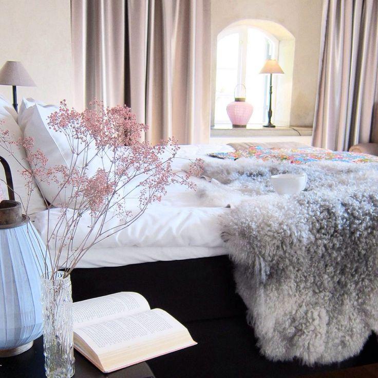 Vackert sovrum med lammskinn och fårskinn från Gotlamm stylat/fotat av Åsa Gramén på KYD, www.killingyourdarlings.blogg.se