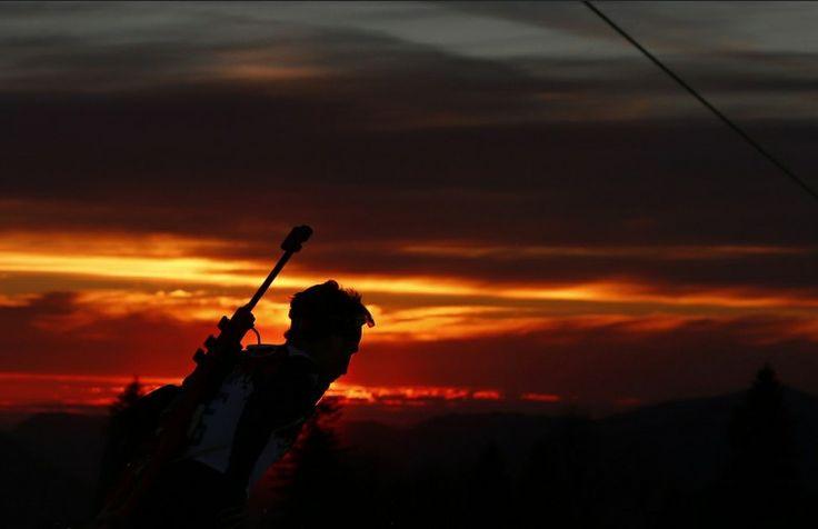 Újabb remek olimpiai kép -Téli olimpia témájú írások a blogon -> http://blog.volgyiattila.hu/olimpia-szocsi  A norvég Ole Einar Bjoerndalen versenyez a 20 km-es biatlon versenyen a Téli Olimpián Szocsiban, 2014. február 13-án. Fotó: Dominic Ebenbichler/Reuters #fotó #sportfotó #sajtófotó #szocsi #sochi2014 #sport #naplemente #sunset