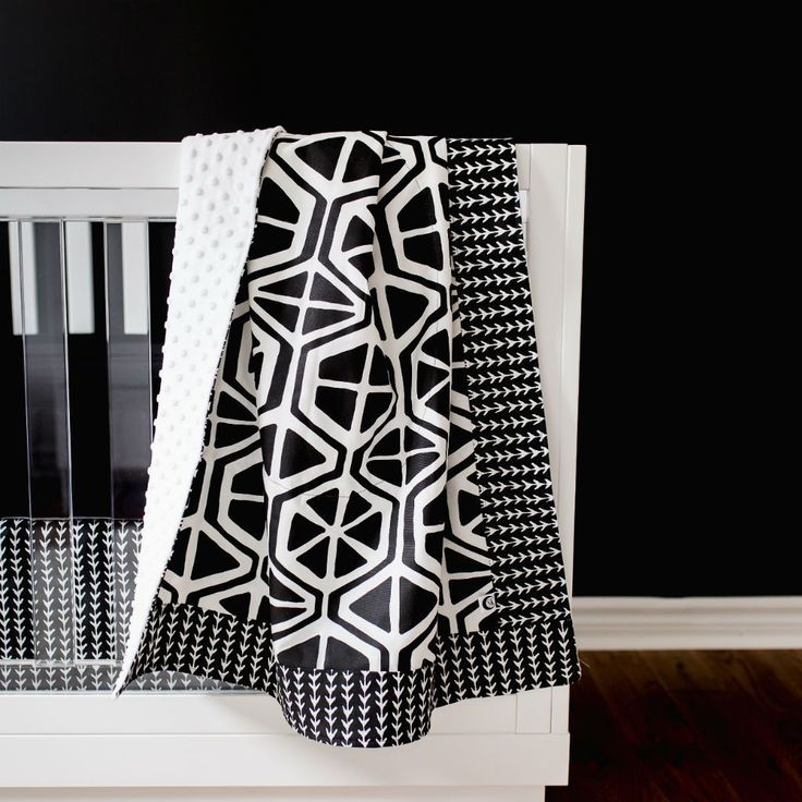 Modern Nursery Ideas: This black and white geometric pattern is so perfect for a modern black and white nursery design! This modern nursery bedding set is made of premium fabrics, free of harmful toxins & irritants, safe and gentle against baby's skin. #nurserydesign #modernnursery #nurserydecor #babygirlnursery #babyboynursery